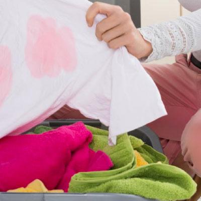 ¡Aprende cómo quitar manchas en la ropa de otra ropa!