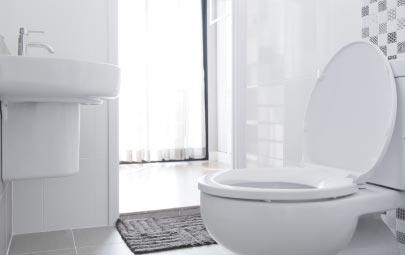 Cómo blanquear el baño con estos trucos caseros