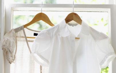cómo quitar manchas en ropa blanca