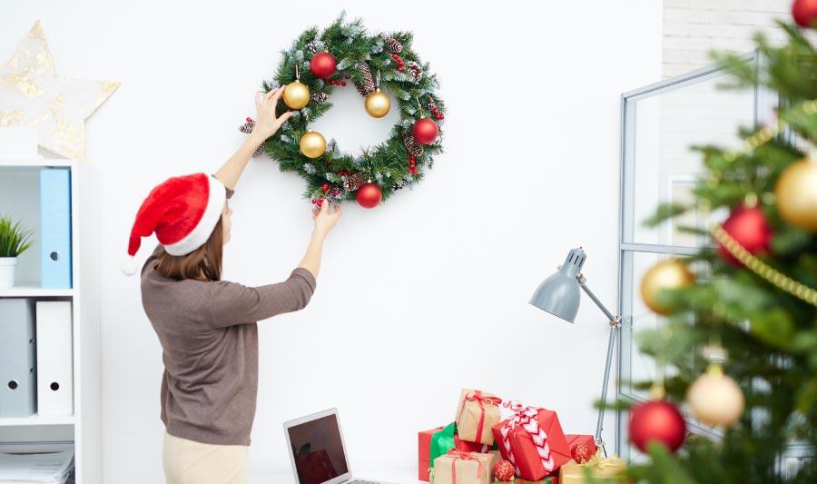 Cómo adornar una oficina para navidad, empezando en la fachada