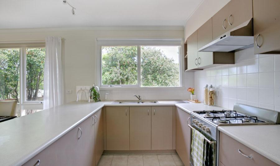 cómo hacer una cocina integral - Pon el mesón sobre el mueble