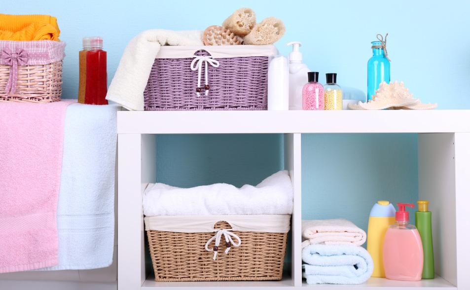 como decorar un baño pequeño - Canastas organizadoras