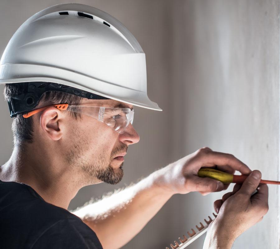 como prevenir los riesgos de un electricista - casco y gafas de seguridad